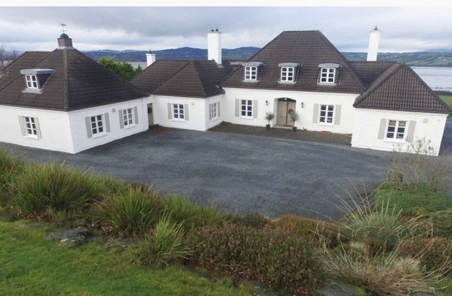 Main Photo of a 5 bedroom  Bungalow for sale