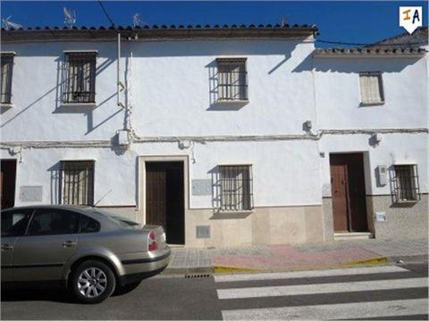 Esta propiedad se encuentra en el pueblo de Aguadulce. La entrada a la propiedad es a través de un vestíbulo de entrada típica andaluza que se abre a la sala de estar y luego a un comedor, una amplia cocina con despensa, baño y un dormitorio planta b...