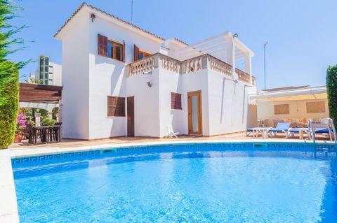 Elegante casa de pueblo en Sa Coma, a pocos metros de la playa de arena con capacidad para 6 a 8 huéspedes. Aunque la playa está a solo 300 metros, el gran lujo de esta casa es la piscina privada de cloro y con un tamaño de 5m x 5m. Al lado, se puede...