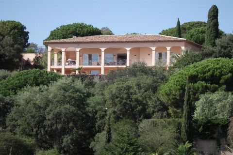 VILLA SAINTE MAXIME VUE MER PANORAMIQUE. Dans un domaine privé, à 10 minutes à pieds de la mer, magnifique villa florentine de 365 m² habitables environ beneficiant d'une fabuleuse vue sur la baie de Saint Tropez, sur un terrain paysagé de 3875 m², t...