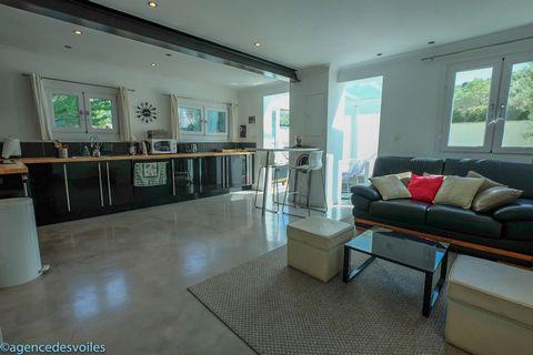 Situé dans une petite copropriété de 4 lots, à 500m de la Place des Lices. Cet appartement se compose, d'un séjour avec coin cuisine ouvrant sur une v
