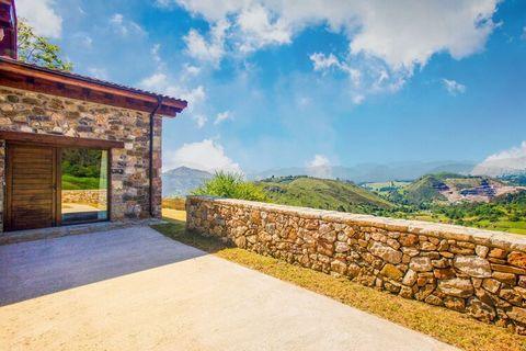 El Roble se encuentra en una casa rural y tiene impresionantes vistas a los Picos de Europa, al prado y a la Valle. Es de piedra y madera y tiene todas las comodidades de la vida moderna. La decoración y el mobiliario presentan un ambiente acogedor. ...