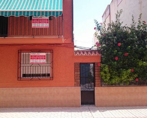 A spacious 4-bedroom ground floor apartment on a nice pedestrian street in the heart of Los Alcázares. The property is situated in a building of a total of four apartments, and as extra, this apartment comes with a big terrace situated at the side on...