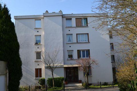 Au sein d'une résidence sécurisée, bien tenue et avec gardien, appartement trois pièces charmant et au calme. Il se compose d'une grande entrée avec