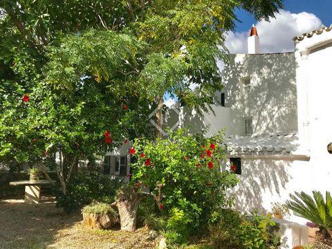 Maravillosa casa de pueblo tradicional menorquina ubicada en Llucmaçanes, un tranquilo y pequeño núcleo urbano muy cerca de la capital. La casa, de unos 250 m² construidos, se distribuye en dos plantas en una parcela de 500 m². El acceso a la viviend...