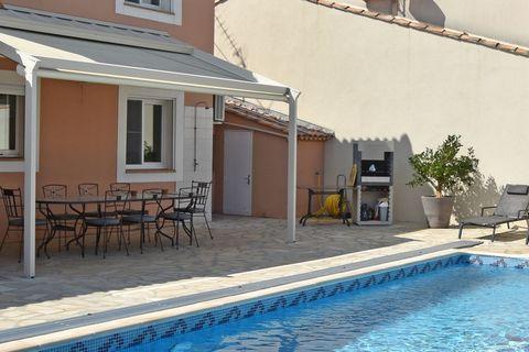 Cette villa au Grau du Roi est une maison de vacances de luxe de 4 chambres à coucher près de la plage, avec une capacité de 8 personnes. Elle possède une piscine privée, un jacuzzi pour vous détendre et l'accès au WiFi gratuit. L'une des meilleures ...