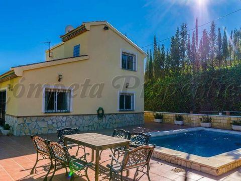 Maravillosa villa en alquiler entre octubre y abril. 4 dormitorios, 2 baños, terrazas agradables, garaje y piscina.
