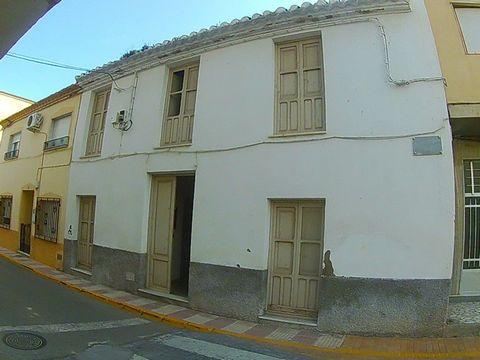 Una casa grande de dos plantas en venta en el corazón del pueblo de Cantoria aquí en el Valle de Almanzora. La planta baja tiene una área de recepción con habitaciones a ambos lados que conducen al comedor y las escaleras. La cocina conduce al espaci...