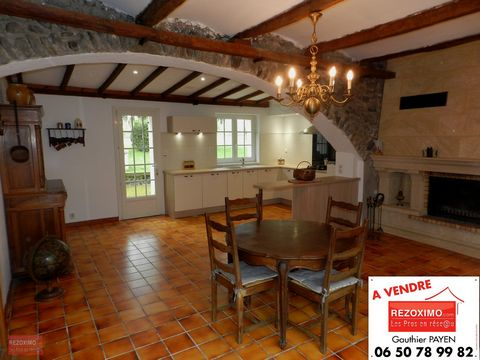 Ardèche, dans la vallée de Chomérac, je vous propose en exclusivité cette charmante propriété en pierres d'environ 190m² habitables sur ses 3931m² de terrain clos,arborés et constructibles. Elle dispose en rez-de-chaussée d'une grande cuisine salle à...