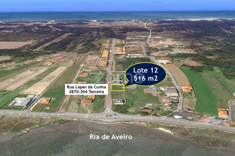 Entre a Ria de Aveiro e o Oceano Atlântico! Terreno urbano , localizado na Torreira ( Murtosa). Na Rua Lopes da Cunha e seguintes características: . Lote 12 - Área total de 516 m2 . Urbano com capacidade de construção de 255 m2 . Projecto aprovado an...