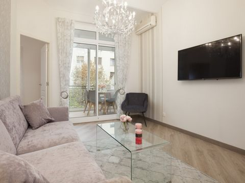 This stunning apartment with refined repairs is located in 5 minutes walk from the Sagrada Familia and the Hospital of San Pau. It has 2 double bedrooms, a fully equipped kitchen, a majestic living room of 16 m2 in size with access to a cozy balcony ...