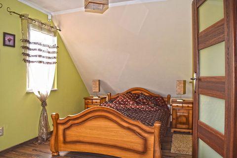 Komfortowy dom wakacyjny w stylu góralskim położony nad brzegiem jeziora Goszcza na dużej, otoczonej zielenią działce o powierzchni 10 arów. Tutaj poczujesz się jak we własnym domu i znajdziesz wszystko co jest niezbędne do wygodnego wypoczynku. Prze...