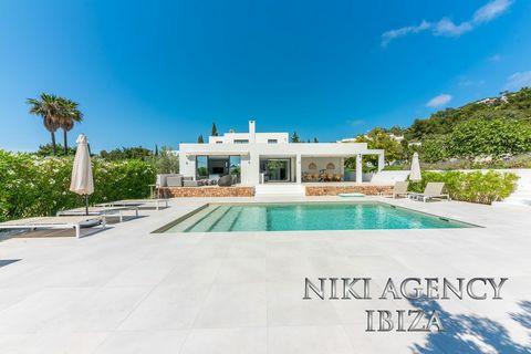 Villa moderna y decorada con buen gusto en Ibiza, Jesús Situado en una zona tranquila, cerca de Ibiza ciudad y la playa de Talamanca. Esta increíble propiedad ofrece un ambiente agradable con vistas a su propio jardín espacioso y desde el primer piso...