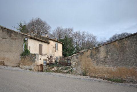 En plein centre d'un petit village près de Gordes, vieux mas avec cour intérieure et puits, à restaurer entièrement. Cour intérieure de 150 m2 environ