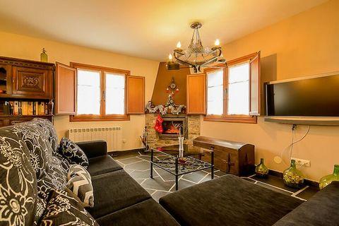 Casa de piedra con todas las comodidades con 3 dormitorios dobles, 2 baños completos, salón con TV plana y chimenea de leña. La casa tiene una zona exterior de ensueño, un gran jardín de más de 600 m2 con BBQ de leña, zona de aparcamiento, un porche ...