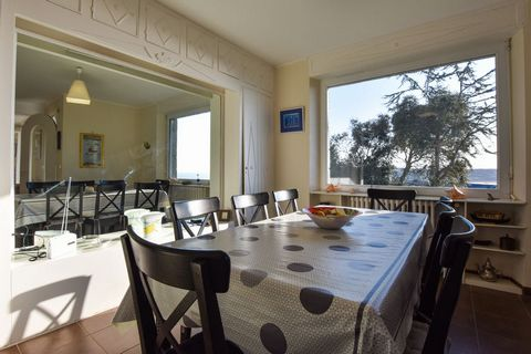 This secluded holiday home is located in Erquy, offering spectacular views of the coast. Ideal for a family or group, it can accommodate 7 guests and has 4 bedrooms. This fully equipped home has a fenced furnished garden for you to unwind after an ex...