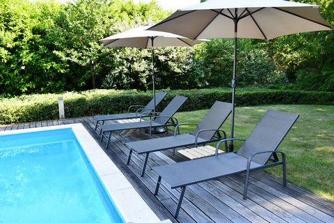 Geniet van een heerlijke vakantie in deze vakantiewoning die is voorzien van een jacuzzi en een zwembad. Spendeer de avonden bij de buitenhaard en kom uitgerust terug van vakantie. Ideaal voor families. De vrijstaande woning ligt vlak bij de bossen, ...