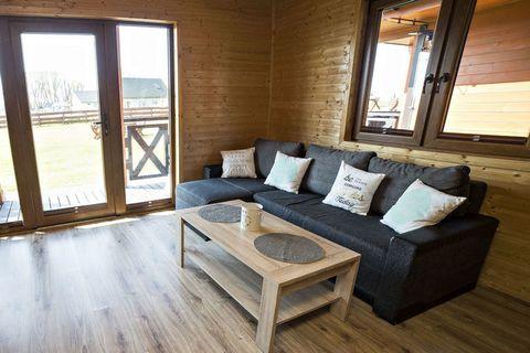 Zamieszkaj w jednym z 4 domków wakacyjnych, malowniczo położonych między jeziorem Jamno i morzem Bałtyckim. Na parterze znajduje się duży, słoneczny salon z kominkiem, nowocześnie wyposażony aneks kuchenny z częścią jadalną oraz łazienka. 2 przestron...