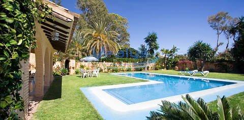 Marbella-Puerto Banus La exclusiva Villa con su propia piscina, gran jardín y plantas tropicales, está muy bien situada junto a Puerto Banús y en 2ª línea de playa en la zona residencial Lorea Playa. La villa tiene 350m² construidos con un terreno / ...
