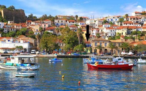 Koroni Messinias, Molos square. For sale an apartment of 130 sq.m., 1st floor (no other floor), bright, four bedrooms, two bathrooms, two kitchens, living room, autonomous heating, air conditioning, solar, sea view, no utilities, good condition , in ...