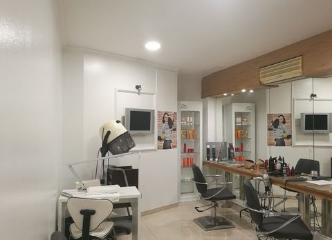 Property for business located in the area of Av. 5 de Outubro, in Faro. Opportunity for Dental Clinic, massage/Physiotherapy Center, hairdresser, offices or other type of services. In operation and all equipped, consists of 7 cabinets, 2 WC, storage ...