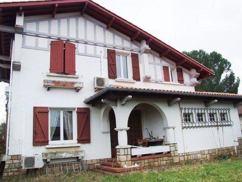 Ref 10799, Ouest de Montauban, Ensemble immobilier comprenant 3 logements actuellement loués, le tout sur un terrain de 1503 m2. ,1 maison T6 sur 2 niveaux avec garage, composée d'une entrée, séjour, cuisine équipée, 1 chambre. Au 1er étage : 4 chamb...