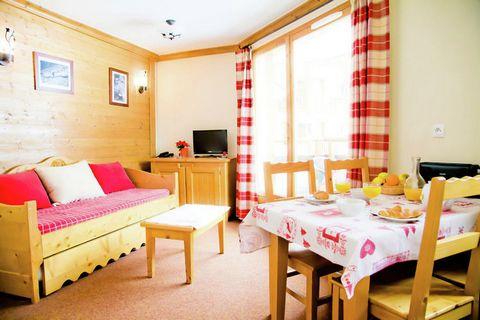 Cet appartement construit dans le style chalet est situé directement sur les pistes de ski et est très luxueux.