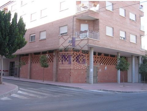 Commercial property, corner, diafano, area with terrace, frontline, interesting. #ref:0042