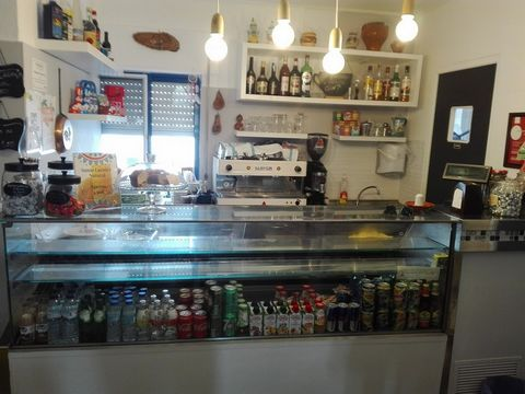Espaço Comercial localizado próximo de escolas, serviços e da estação de comboios da CP do Pinhal Novo.Anteriormente a funcionar como café e snack bar, com as condições necessárias para prosseguir o mesmo sector de actividade.Excelente potencial de i...