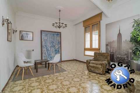 Located in the best area of Cea Bermúdez, very well maintained building, good portal, doorman, central heating, elevator. Very bright apartment overlooking the block patio, 127 meters that are distributed in hall, living room in two rooms, 5 bedrooms...