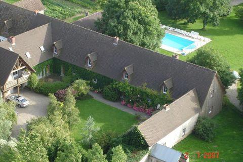 Appartement en coin (90 m) entièrement rénové situé au milieu dune campagne paisible.