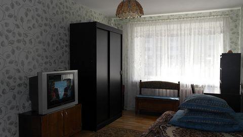 Квартира с отличным ремонтом, мягкая мебель (два дивана), бытовая техника (холодильник, каб.ТВ, СВЧ, стир.маш.автомат), Интернет (Wi-Fi), вся необходимая посуда, чистое постельное белье. Рядом супермаркеты, магазины, кафе. Командировочным отчетные до...