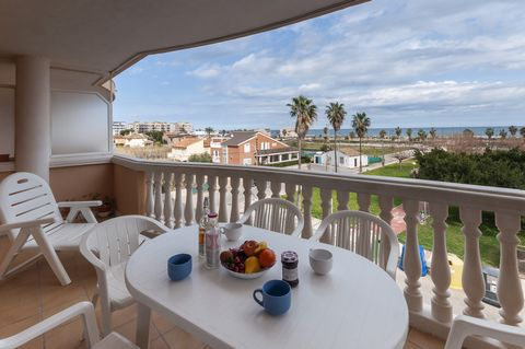 Great apartment for 4 or 5 people with views to the beautiful beach of Daimuz and with access to the shared pool. Start your day with energy enjoying a great breakfast at the terrace of this apartment while you admire the sea and think about the wond...