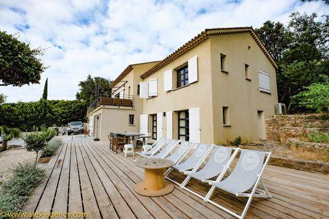 Villa de 200 m2 entièrement rénovée, avec en rez-de jardin, 2 chambres 2 salles de douche, 2 wc, buanderie, cave et garage, à l'étage un grand salon c