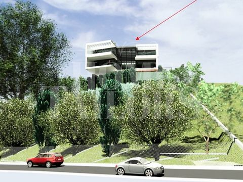 Land for luxury villa construction In the middle of the Serra de Carnaxide at the gates of Lisbon Approved Project Located in an area of great prestige, in the middle of the mountain with sea view. Plot of land with an area of 1457m2 with capacity fo...