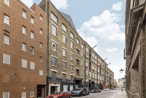 Apartment on the second floor with lift in a former warehouse in the heart of Covent Garden. The property is in excellent condition and consists of a large living room with an open kitchen, two bedrooms and a bathroom. Shelton Street is ideally locat...