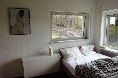 Bliźniaczy dom wakacyjny (90m2) stoi na dużym terenie wraz z innymi 2 domami, na ładnym opadającym terenie w Pilmeroth, małej wiosce między Moezel i Hunsrück. Budynki oddzielone są przez lasek i wiatę garażową. Obok domów znajduje się wspólny ogród w...