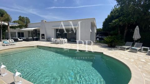 SEASONAL RENTAL - Amanda Properties offers in Cannes, contemporary villa of 300 sqm with panoramic sea view, on a plot of 2100 sqm with swimming pool. It includes a living / dining room with fireplace opening onto the sea view, a spacious fitted kitc...