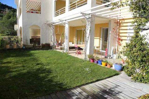Dans une résidence avec piscine, proche des écoles, commerces et transports en commun, spacieux duplex en rez de jardin au calme absolu avec une très