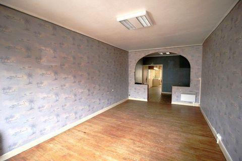 Ref 10608, Est de Montauban, Dans le centre du village,Maison comprenant un local commercial de 85 m2 au rdc, et un appartement T3 de 87 m2 au 1er étage (cuisine, salon-séjour, 2 chambres, couloir, salle d'eau, toilettes). ,Divers : chauffage électri...