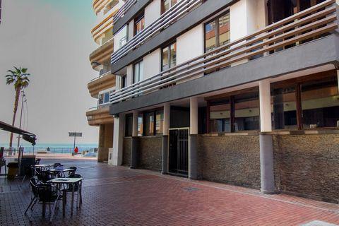 Se vende unas magníficas oficinas de 150 metros cuadrados en primera línea de la famosa Playa de Las Canteras, a muy pocos metros caminando para pisar la arena de la famosa playa capitalina. Actualmente las oficinas se dividen en dos, existe la posib...
