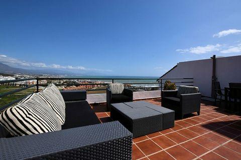 Este apartamento cuenta con terrazas alrededor, por lo que encontrará un lugar al sol desde primera hora de la mañana hasta el atardecer. Por las tardes podrá disfrutar de preciosas puestas de sol sobre el mar Mediterráneo. La playa de arena se encue...
