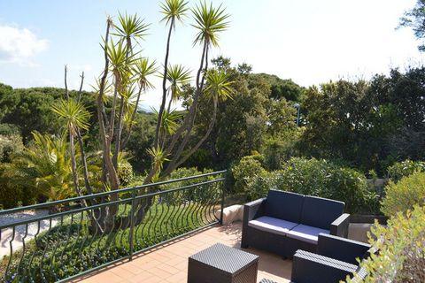 Quel bel endroit! La tranquillité et les terrasses spacieuses partout et une magnifique piscine privée. La piscine clôturée surélevée dispose également d'une belle terrasse avec salon aménagé pour votre apéritif en fin d'après-midi. Depuis les terras...
