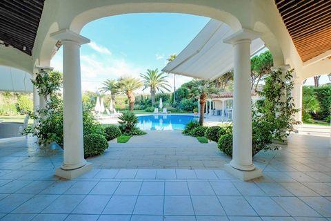 Située à 1000m de la plage des Salins et à 3,5Km du Port de Saint-Tropez, cette Villa se compose d'une entrée desservant la chambre de maîtres avec sa