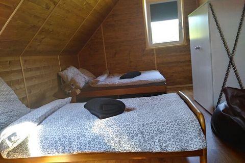 Nowy komfortowy całoroczny domek wypoczynkowy, Karpacka Chata, z dużym ogrodem, w malowniczej wiosce Posada Górna (Beskid Niski) ,w pobliżu Uzdrowiska Rymanów Zdrój - 1,5 km do centrum. Jest wykonany z drewna. Na parterze znajduje się przestronny sal...