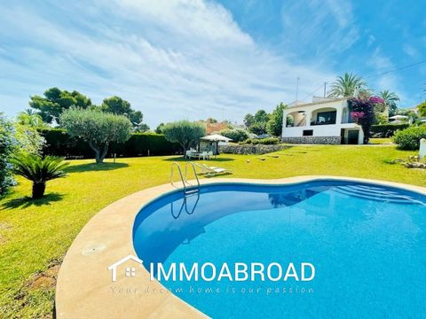 Villa for sale in Javea near Playa del Arenal and all amenities. The Villa is Mediterranean style keeping the Tosca arches, clay floors and a flat plot. The property has 4 bedrooms, 2 bathrooms, living room with fireplace and kitchen. In the outdoor ...