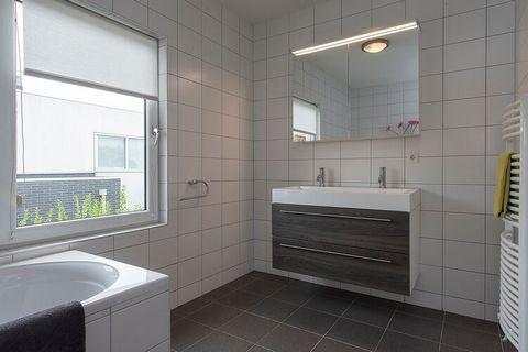 Deze luxe villa in Zeewolde is voorzien van een gezellige tuin en 3 slaapkamers die 6 personen kunnen accommoderen. Het is een perfecte keuze voor gezinsvakanties. Kinderen zullen de dag van hun leven meemaken bij het nabijgelegen Dolfinarium. De spo...