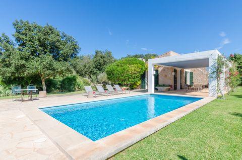 Preciosa villa a las afueras de Son Servera, con piscina privada y a 1.3 km de la playa, donde 4 personas encuentran su rincón de paz. Envuelta en pura naturaleza, esta finca se convierte en un lugar de ensueño para amantes del campo y la tranquilida...