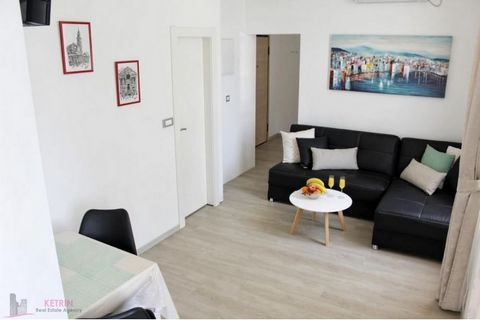 Split/Varoš Apartment is located in Varoš and it is situated on the first floor of a residential building. It consists of a living room, a bedroom with a double bed, a kitchen with a dining area and a bathroom. Suitable for one student. Available in ...