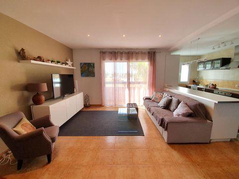 Fuerteventura, Islas Canarias. En el maravilloso y brillante pueblo de Corralejo, nel norte de la isla, se encuentra este estupendo piso que conta con 3 dormitorios, 1 baño, cocina comedor, amplio salòn con BALCON PANORAMICO.